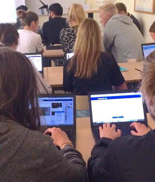 Elever på Vasaskolan i Gävle forskar med Nyhetsvärderaren. Foto: Thomas Nygren.